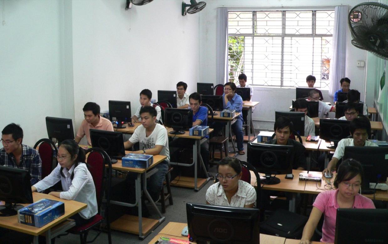 Hình ảnh Sinh viên thực hành tại Phòng máy tính Khoa ĐTVT